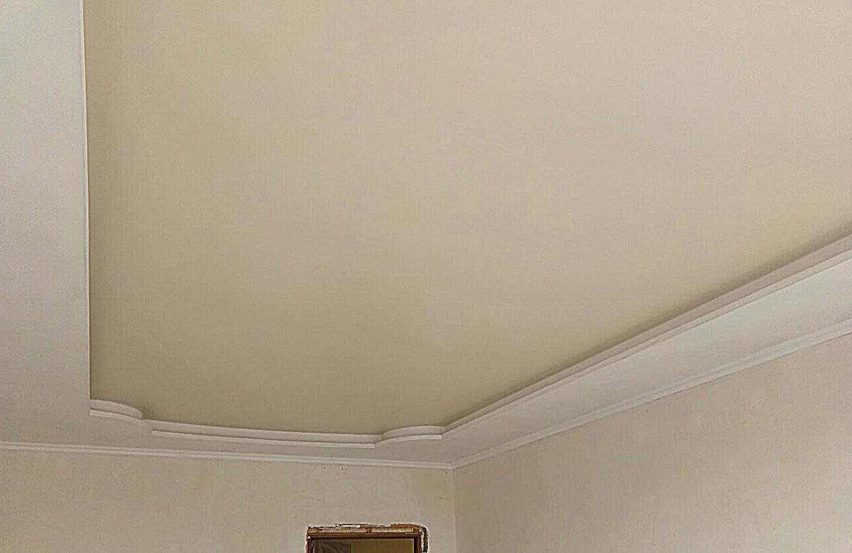 Матовый натяжной потолок молочного цвета в гипсокартонном коробе