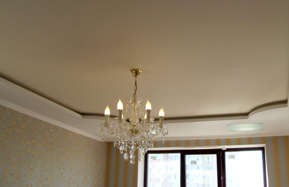 Матовый натяжной потолок молочного цвета в гипсокартонном коробе с люстрой