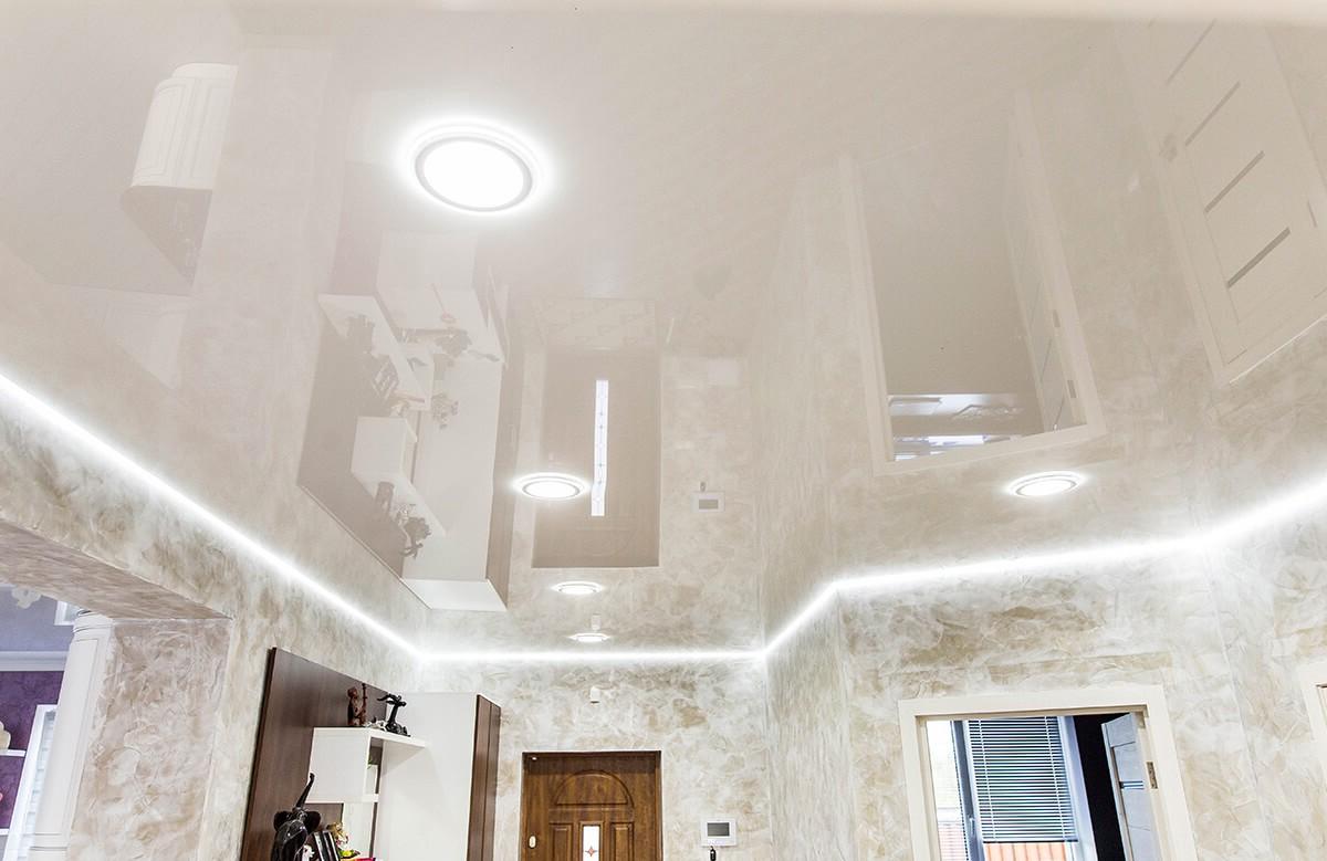 Белый глянцевый натяжной потолок со светодиодной подсветкой и светильниками