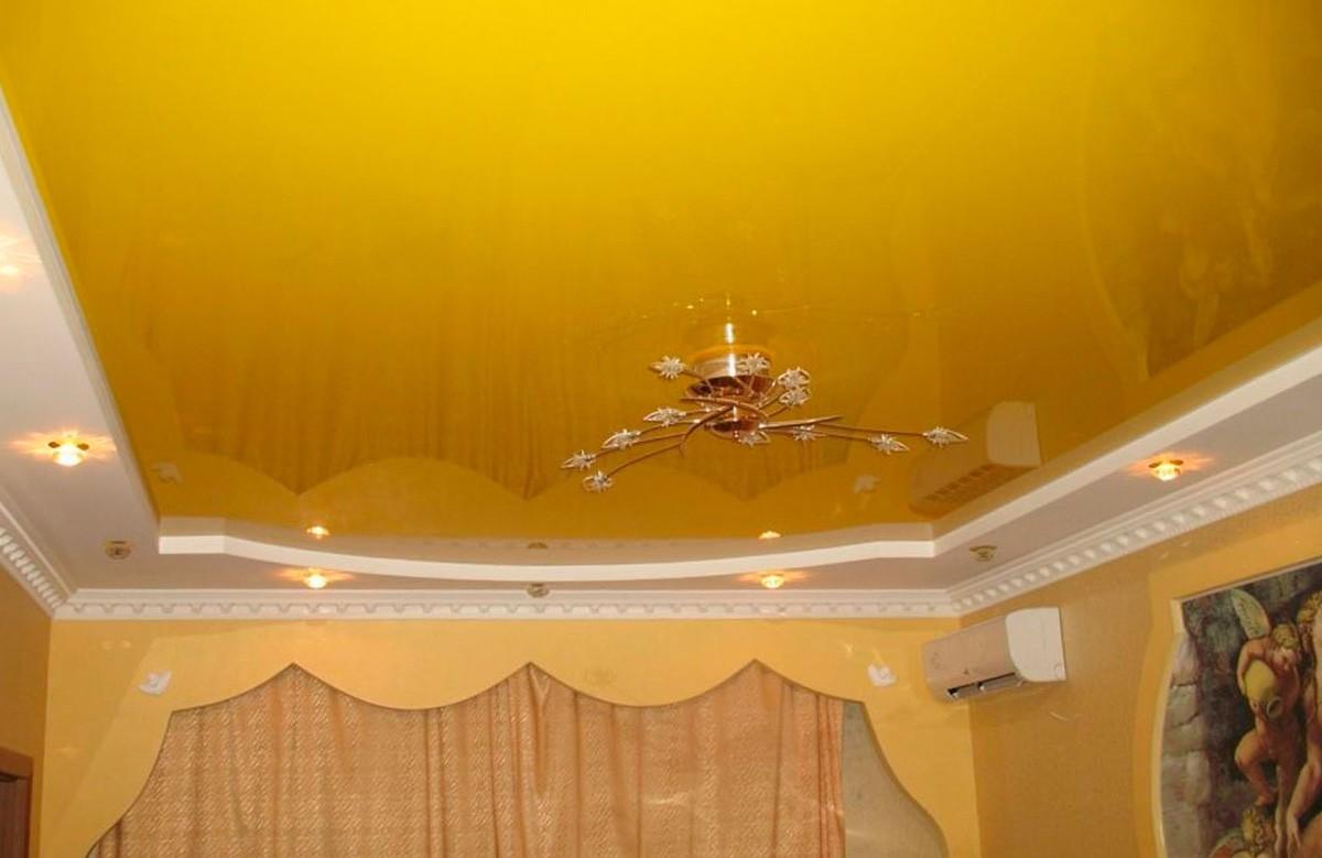 Жёлтый глянцевый натяжной потолок с люстрой в гипсокартонном коробе