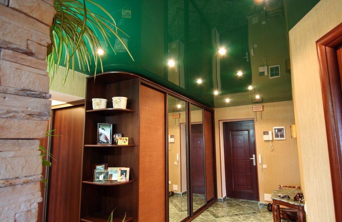 Зелёный глянцевый натяжной потолок со светильниками