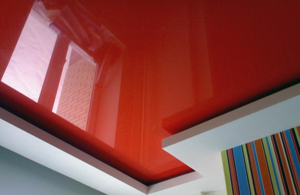 Красный глянцевый натяжной потолок в гипсокартонном коробе
