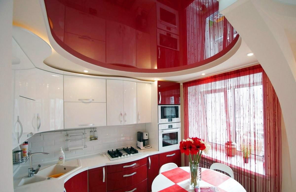 Красный глянцевый натяжной потолок в гипсокартонном коробе в кухне