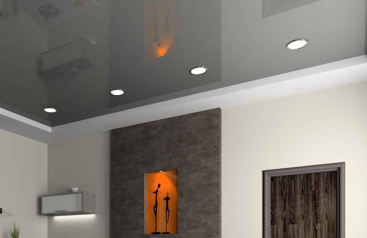 Серый глянцевый натяжной потолок со светильниками в коробе из гипсокартона