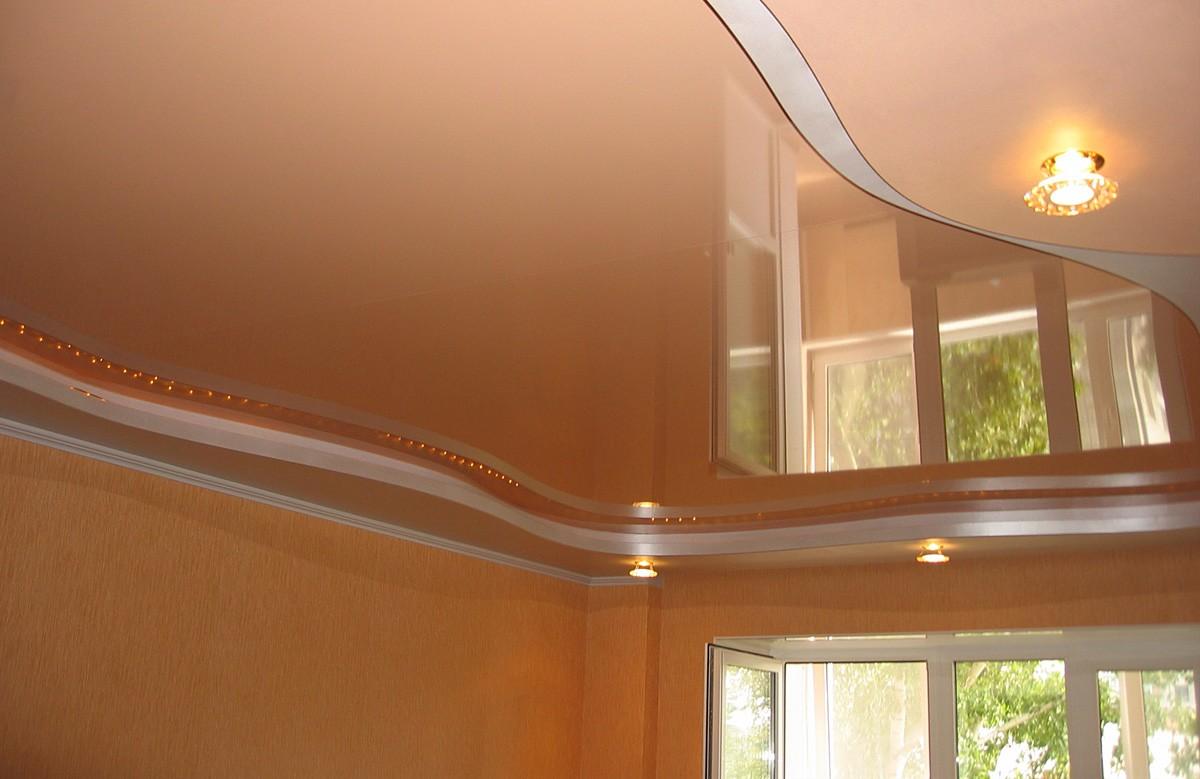 Персиковый глянцевый двухуровневый натяжной потолок со светодиодной подсветкой и светильниками
