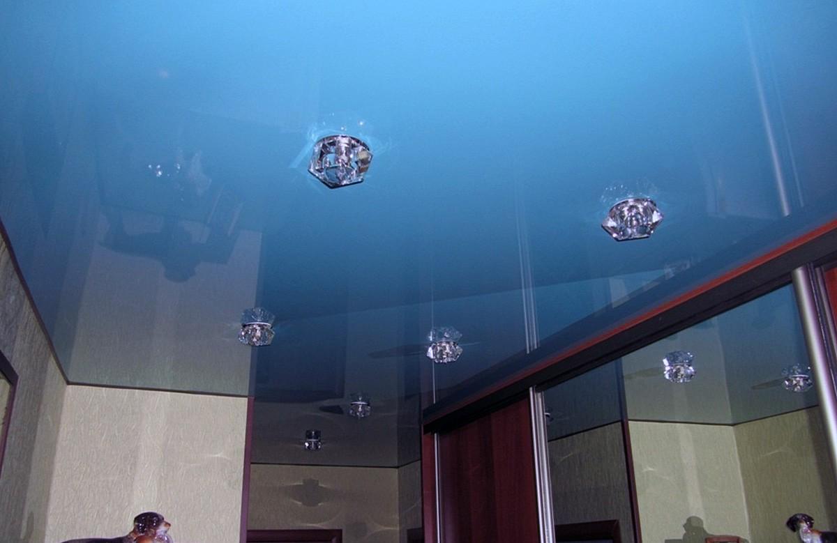 Голубой глянцевый натяжной потолок со светильниками