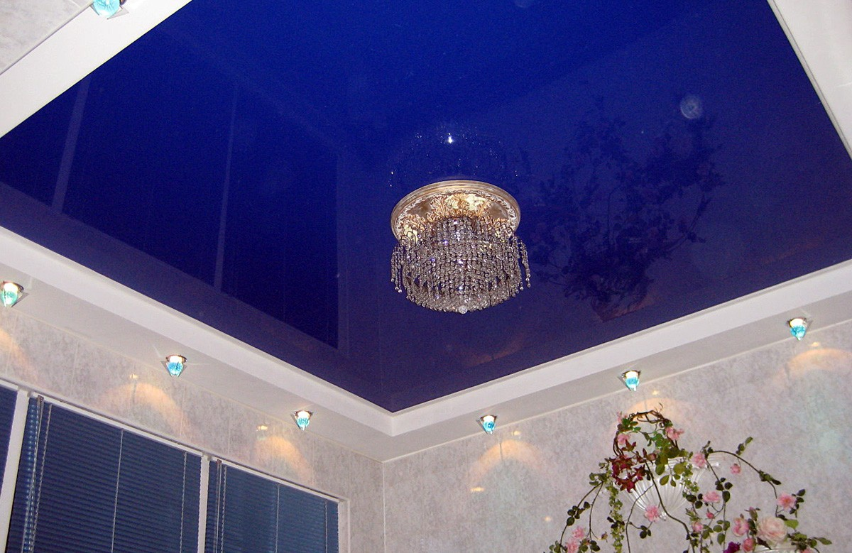 Синий глянцевый двухуровневый натяжной потолок с люстрой и светильниками