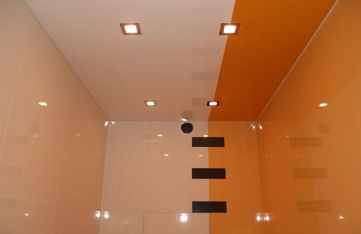 Двухцветный глянцевый натяжной потолок с квадратными светильниками в ванной