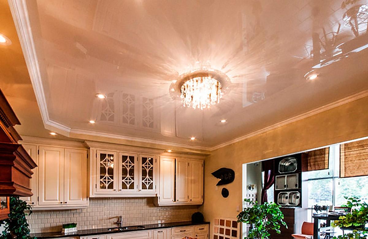 Глянцевый натяжной потолок цвета кофе с молоком в кухне