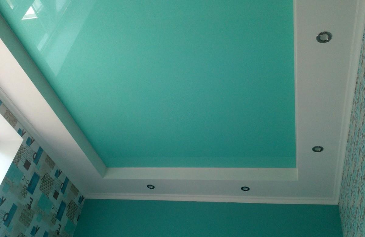 Бирюзовый глянцевый натяжной потолок в коробе из гиспокартона со светильниками