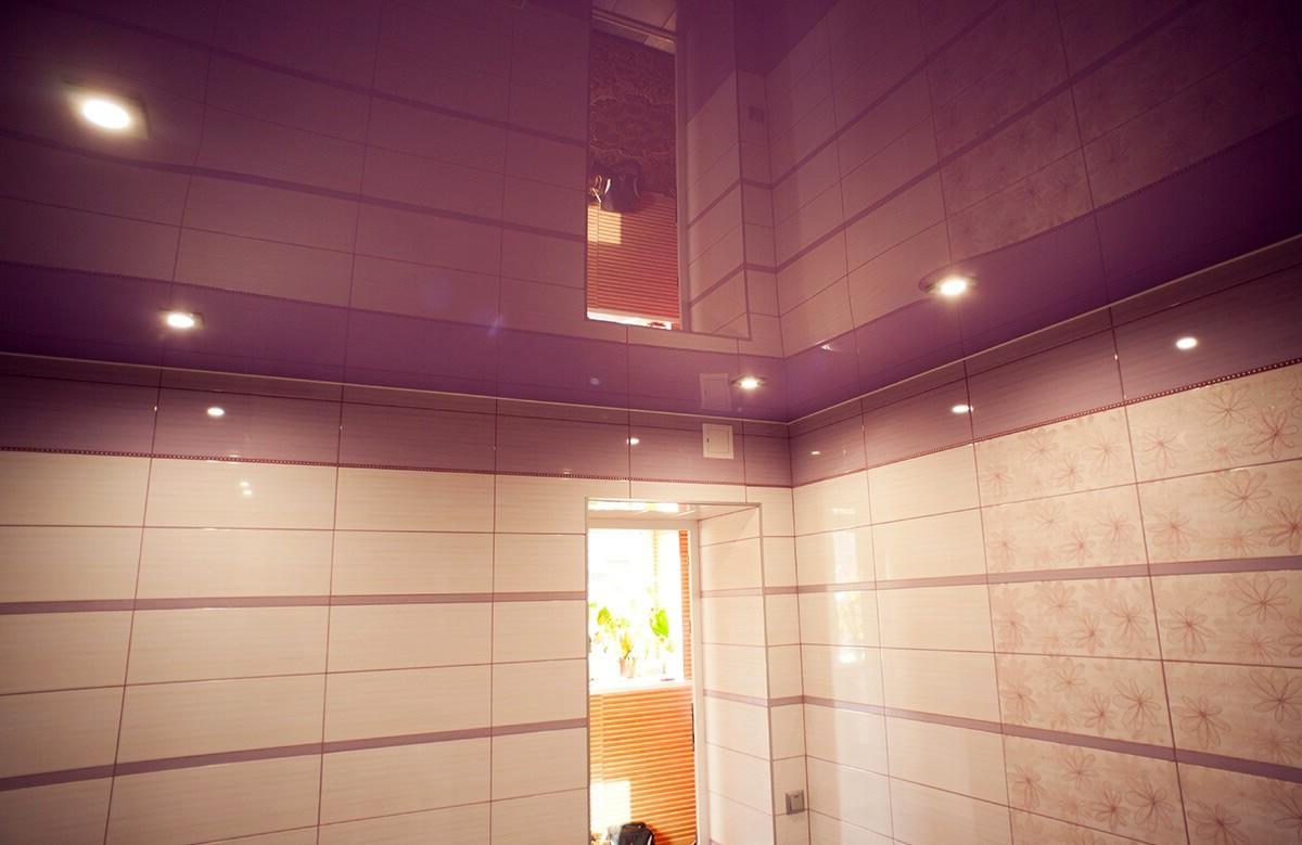 Лиловый глянцевый натяжной потолок в ванной