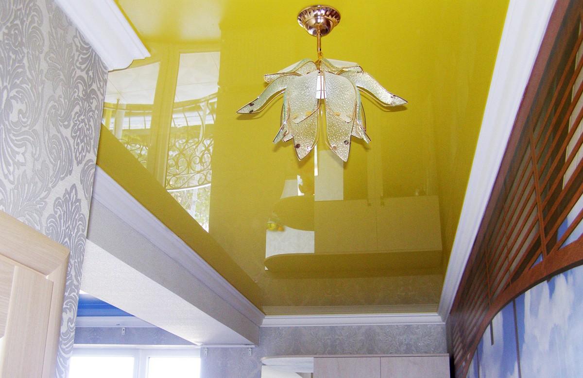 Лимонный глянцевый натяжной потолок с люстрой