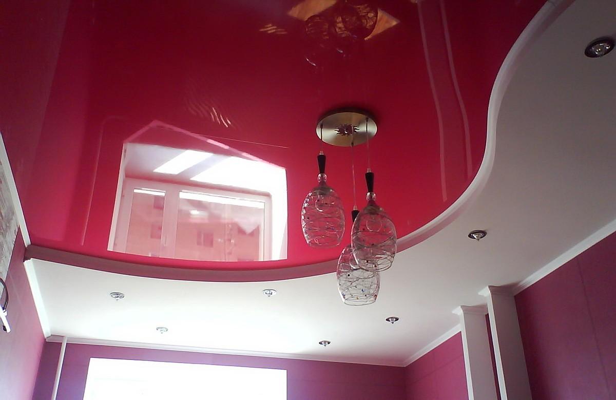 Малиновый глянцевый двухуровневый натяжной потолок с люстрой и светильниками