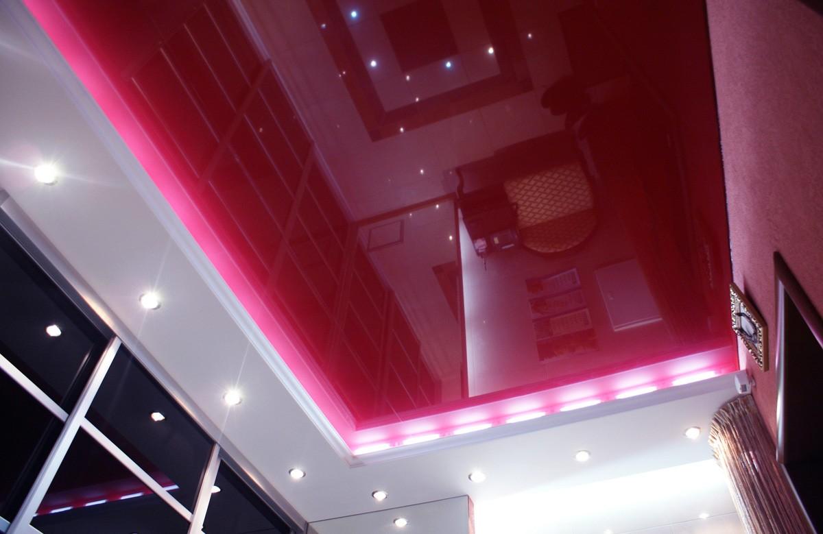 Малиновый глянцевый натяжной потолок в коробе из гипсокартона со светильниками