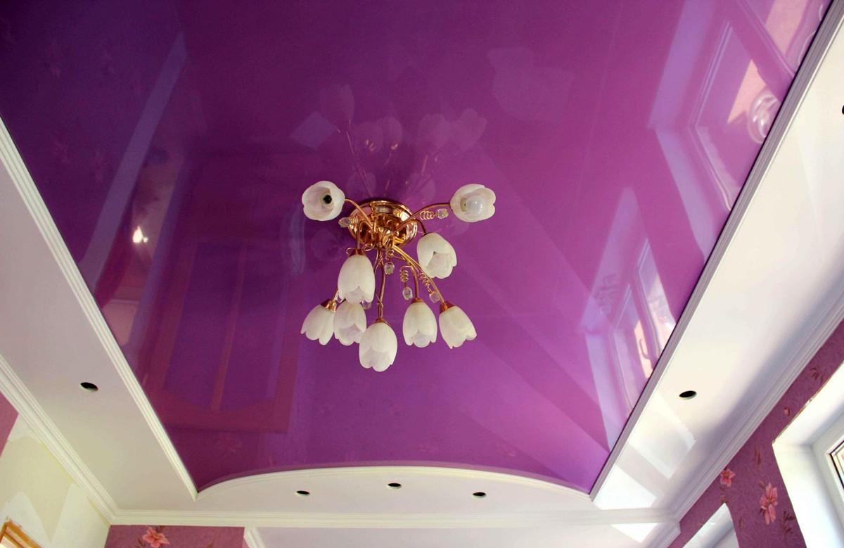 Баклажанный глянцевый натяжной потолок с люстрой в коробе из гипсокартона