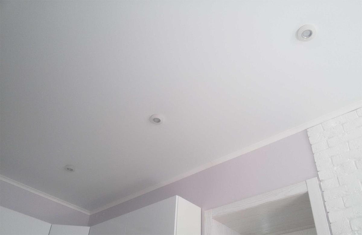 Белый матовый натяжной потолок с тремя белыми светильника