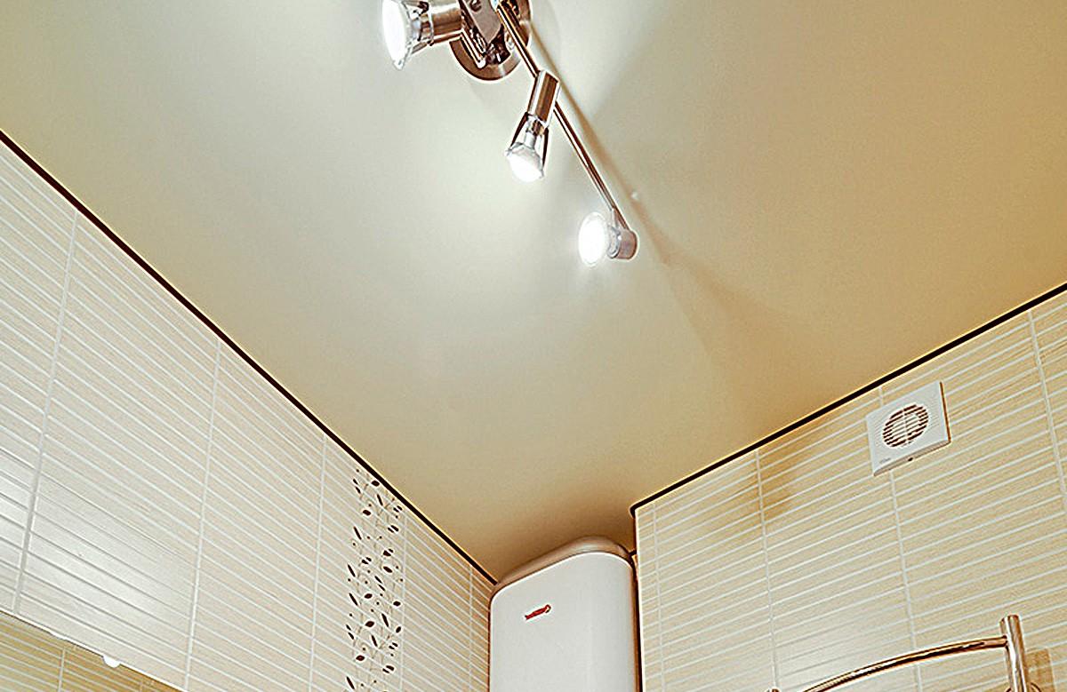 Бежевый матовый натяжной потолок в ванной