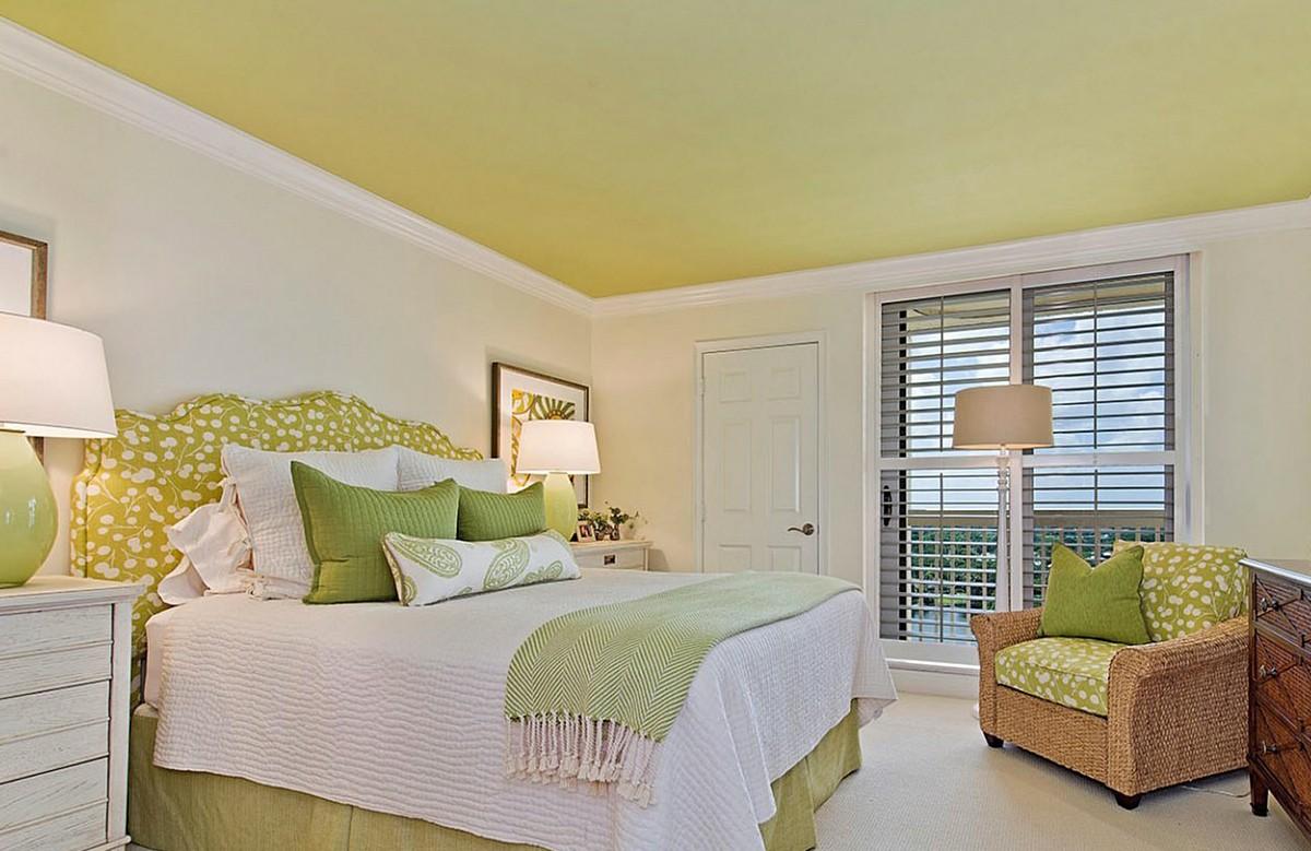 Жёлтый матовый натяжной потолок в спальне