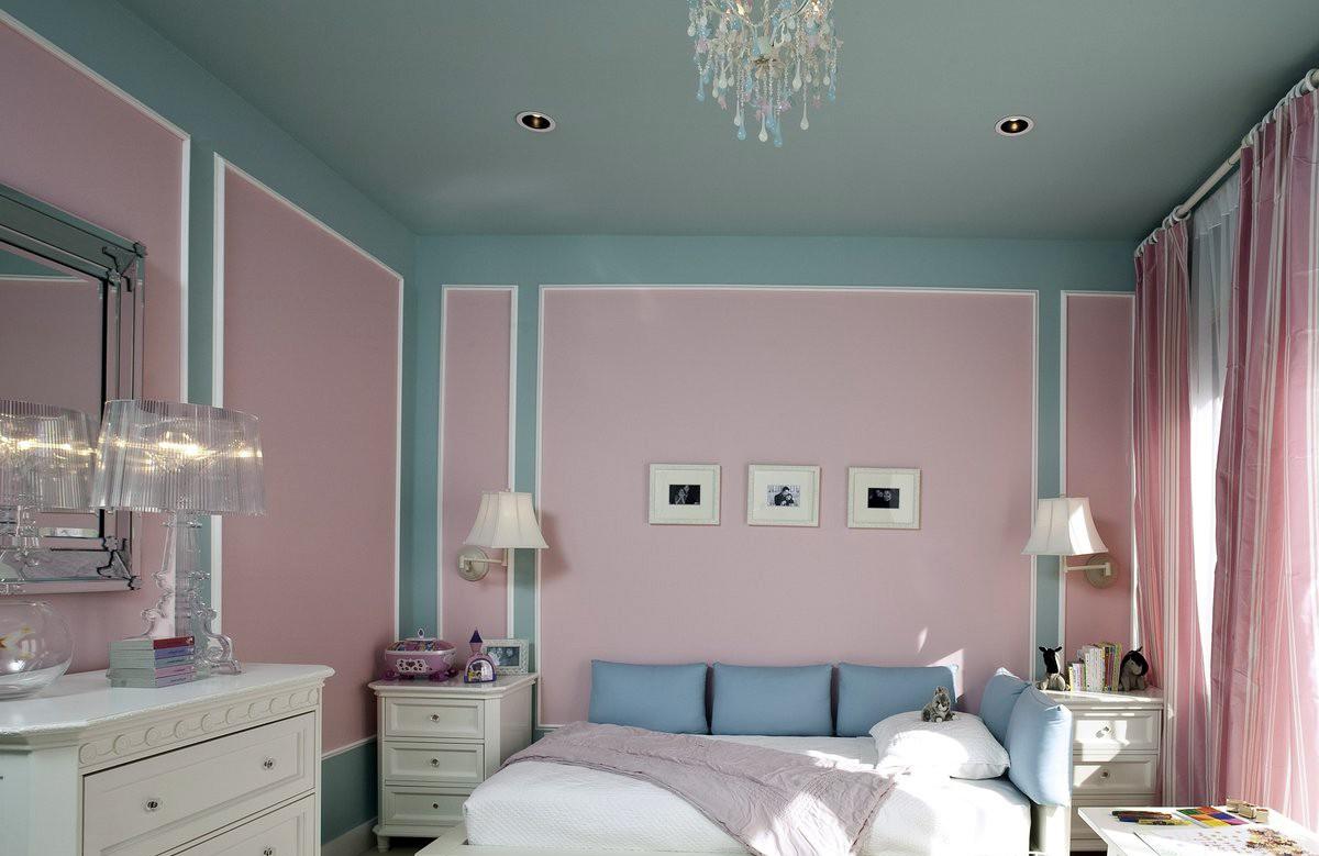 Бирюзовый матовый натяжной потолок в спальне со светильниками и люстрой