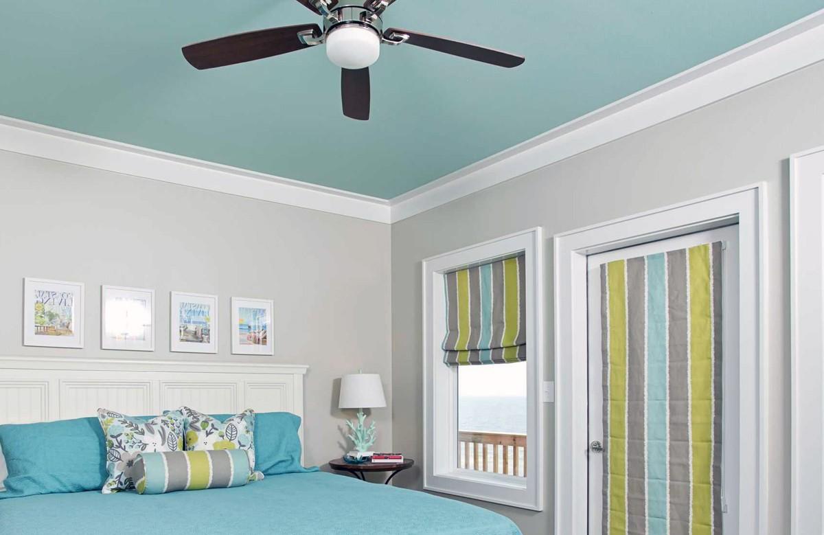 Бирюзовый матовый натяжной потолок в спальне с люстрой