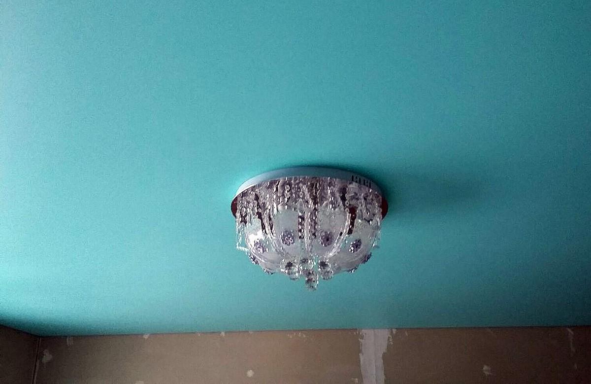 Бирюзовый матовый натяжной потолок с люстрой