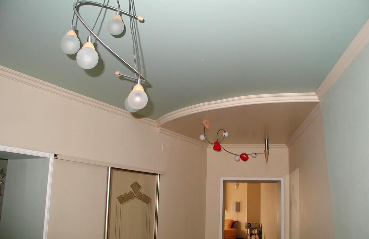 Светло-голубой матовый натяжной потолок с люстрой