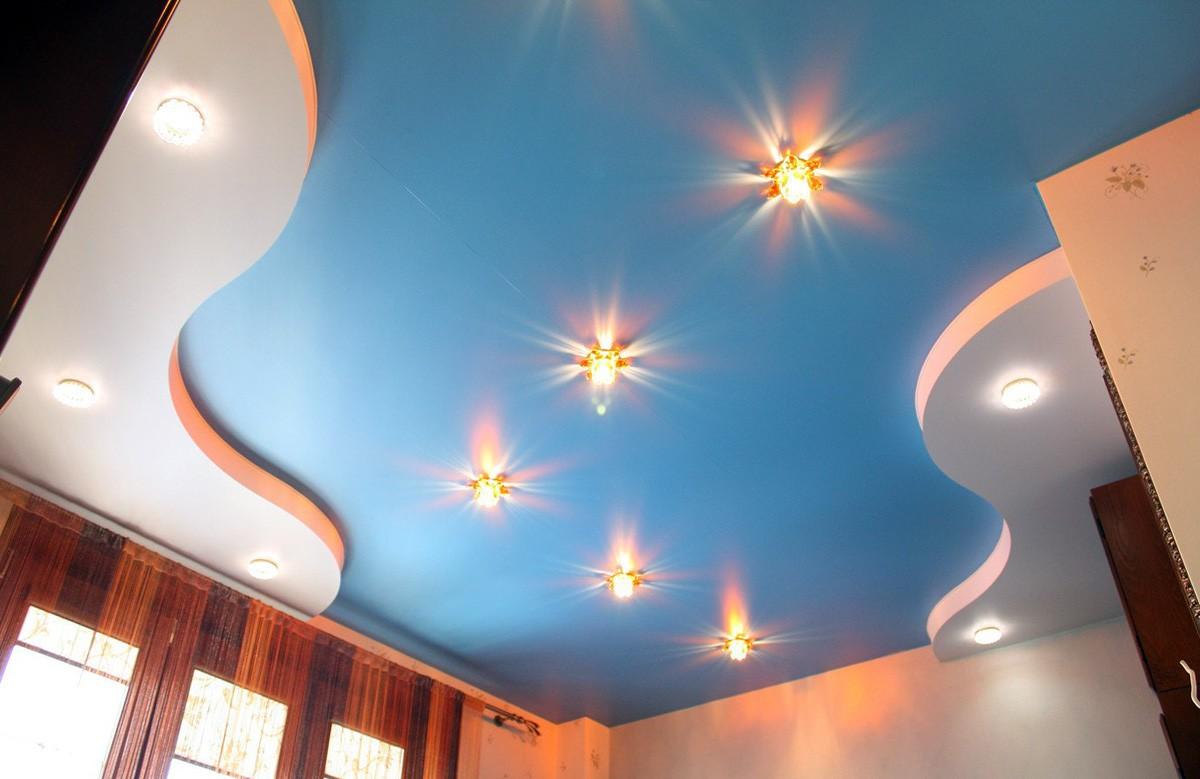 Голубой матовый двухуровневый натяжной потолок со светильниками