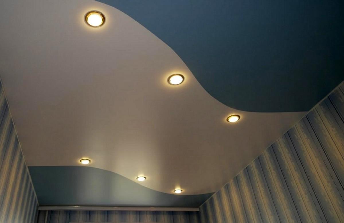 Двухцветный матовый натяжной потолок со светильниками