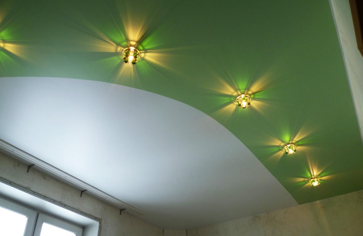 Бело-зелёный матовый натяжной потолок со светильниками