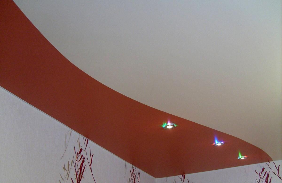 Бело-красный матовый натяжной потолок со светильниками
