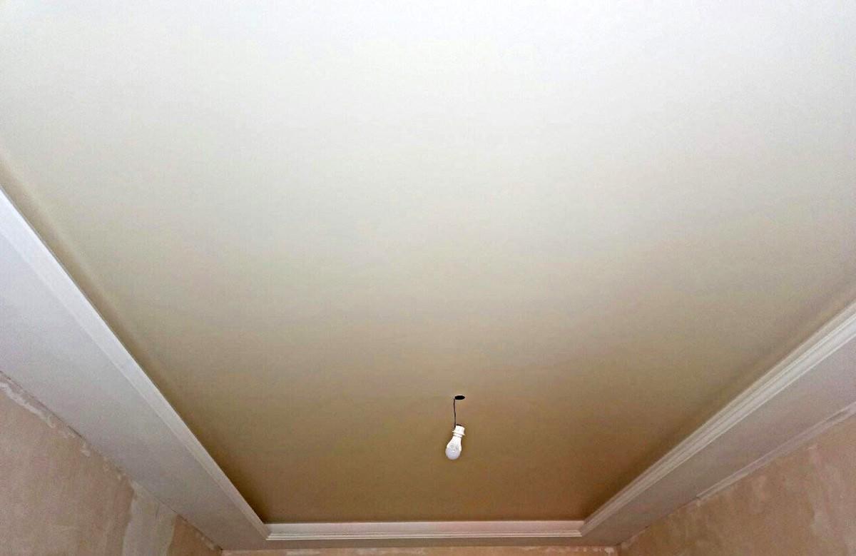 Матовый натяжной потолок молочного цвета в гипсокартонном коробе в комнате