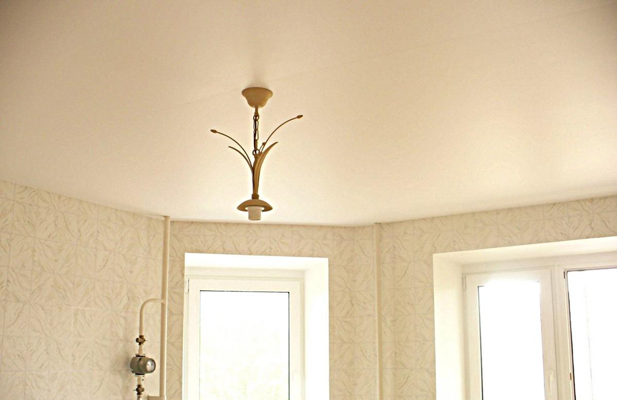 Матовый натяжной потолок цвета слоновой кости с люстрой