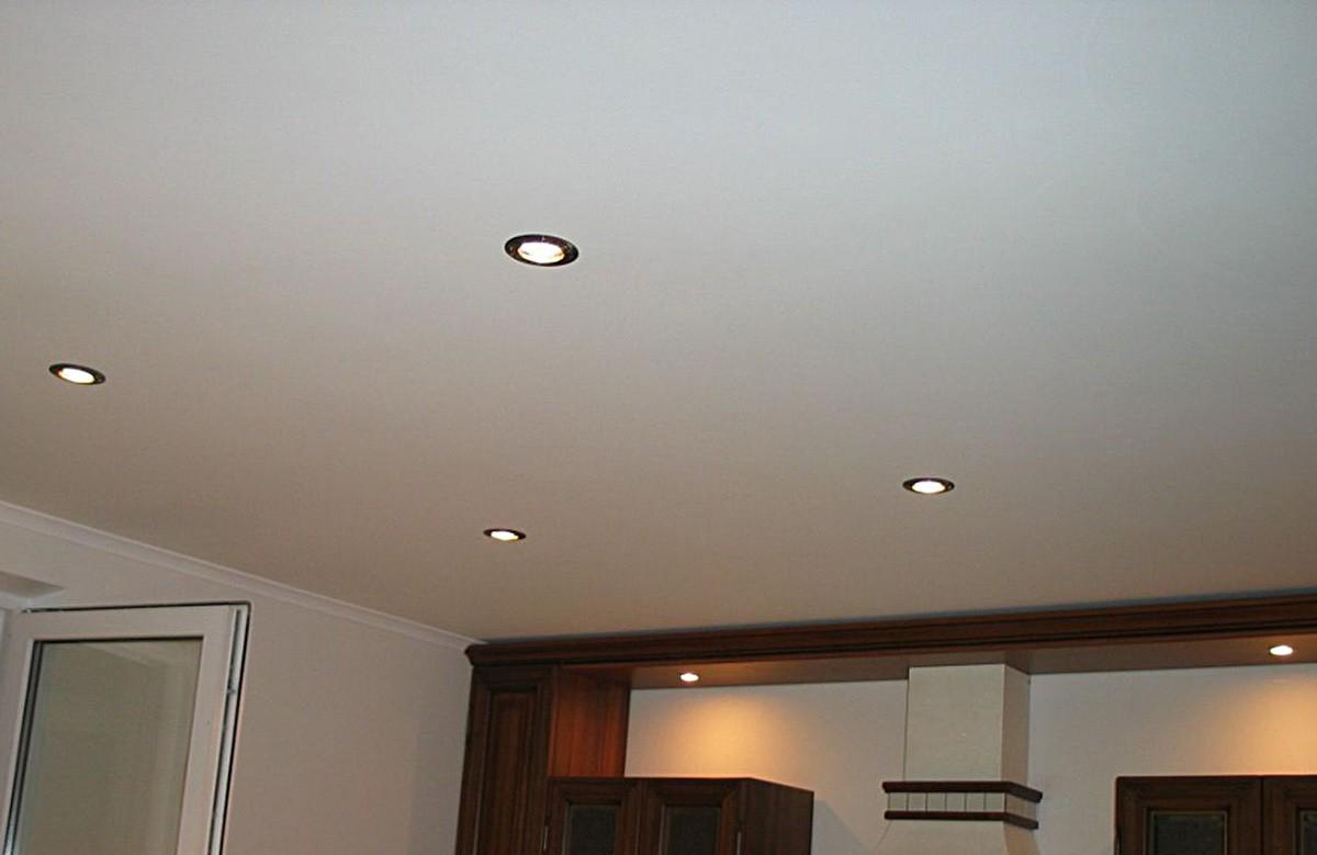 Матовый натяжной потолок цвета слоновой кости со светильниками