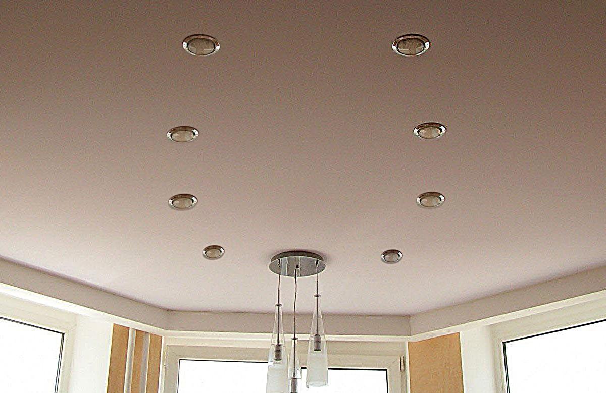 Кремовый матовый натяжной потолок с восемью светильниками и люстрой