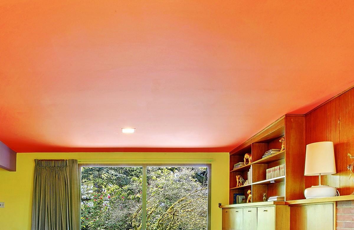 Оранжевый матовый натяжной потолок в комнате