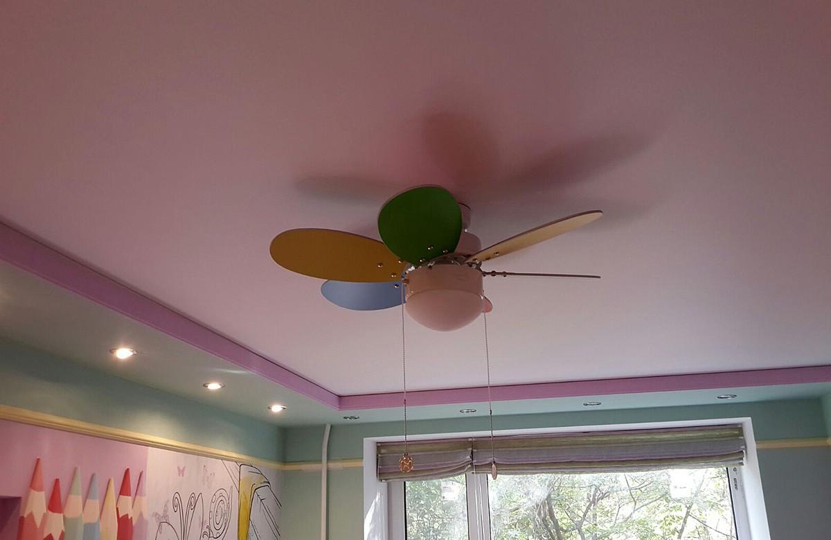 Розовый матовый натяжной потолок в гипсокартонном коробе в детской