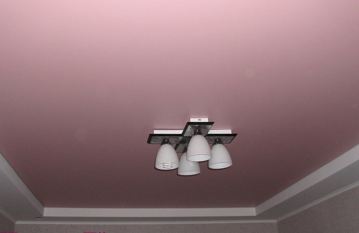 Розовый матовый натяжной потолок в гипсокартонном коробе с люстрой