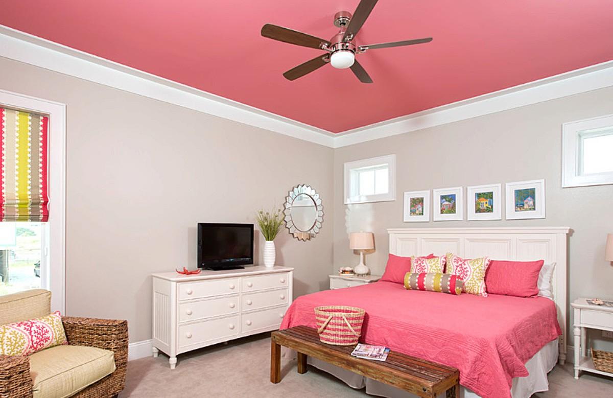Розовый матовый натяжной потолок в гипсокартонном коробе в спальне
