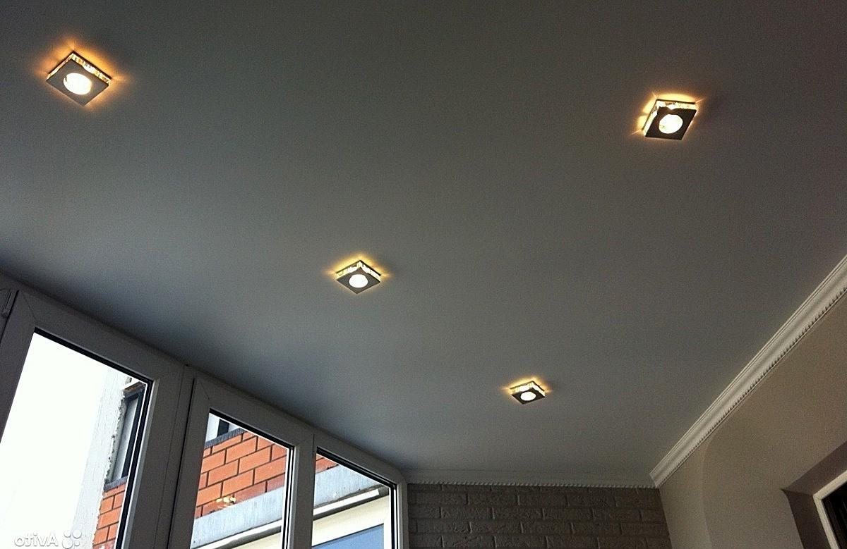 Серый матовый натяжной потолок с четырьмя квадратными светильниками