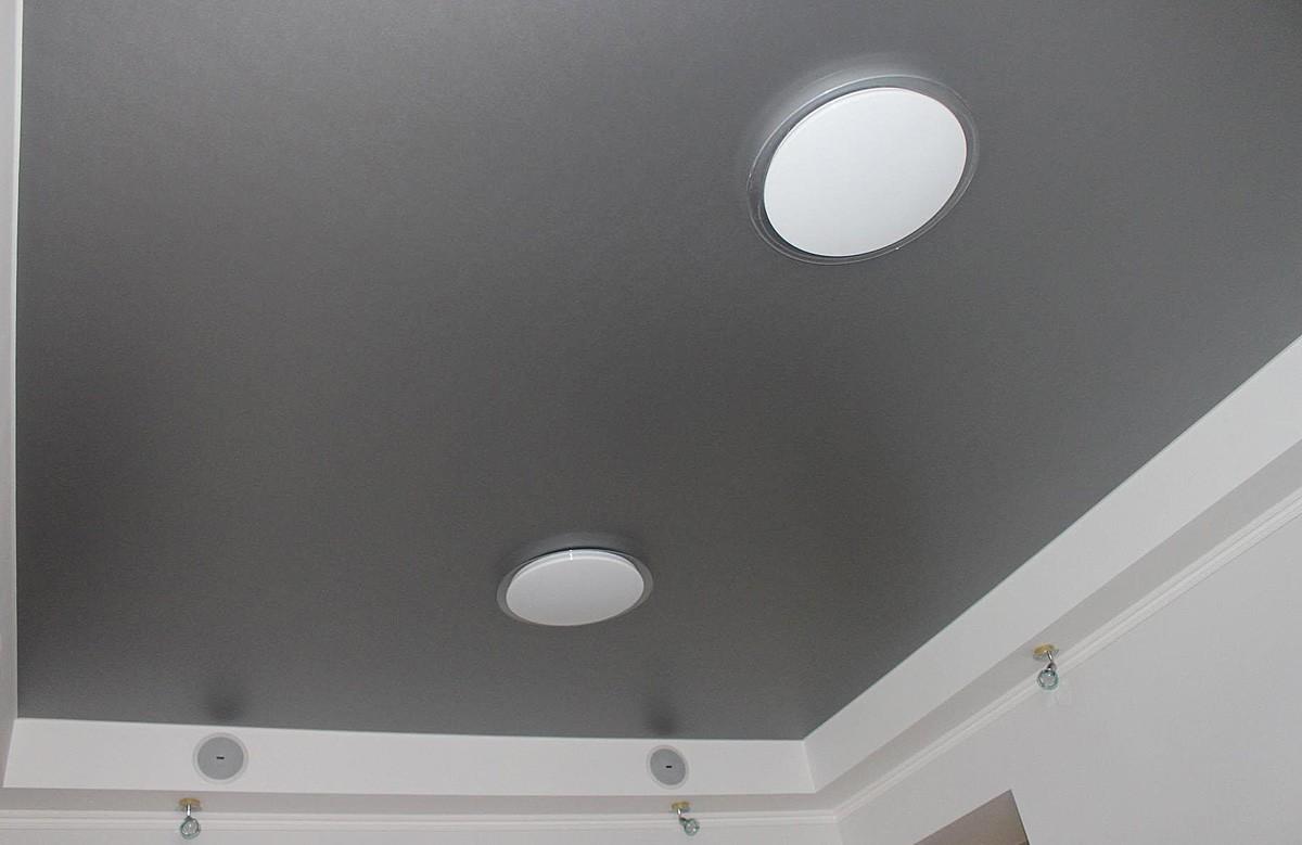 Серый матовый натяжной потолок со светильниками в коробке из гипсокартона