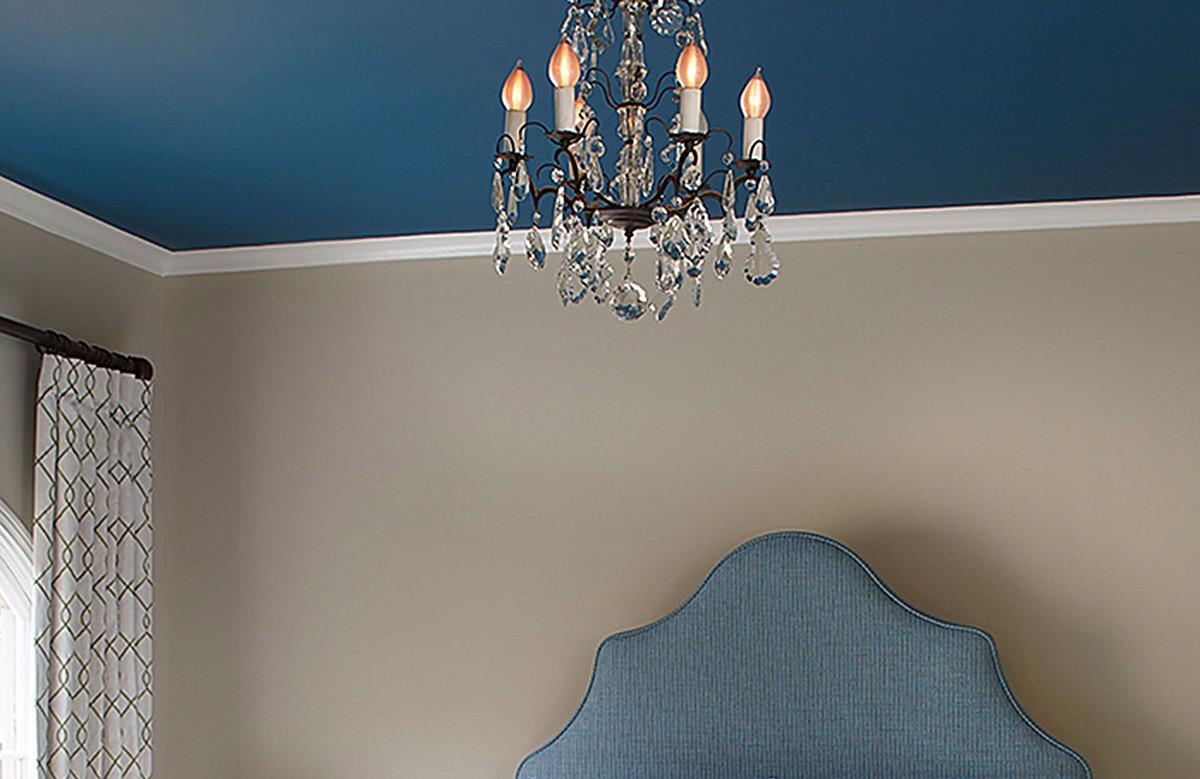 Синий матовый натяжной потолок в спальне с люстрой