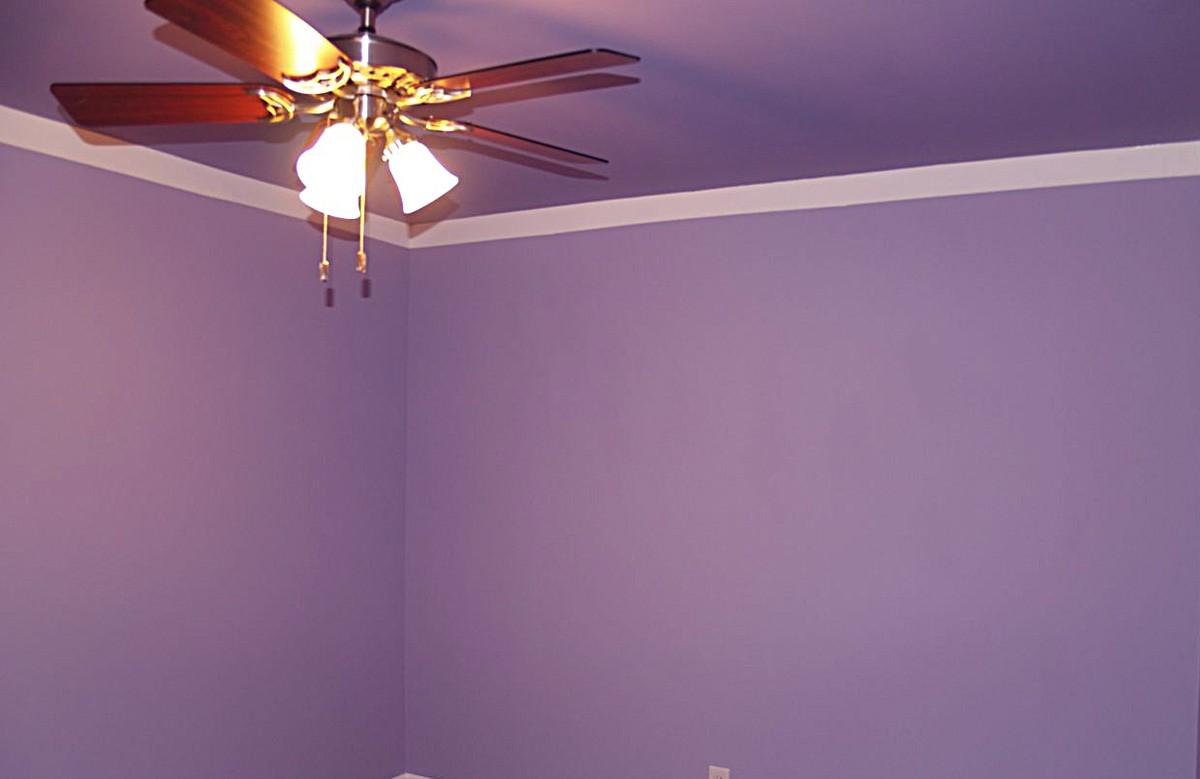 Фиолетовый матовый натяжной потолок с люстрой