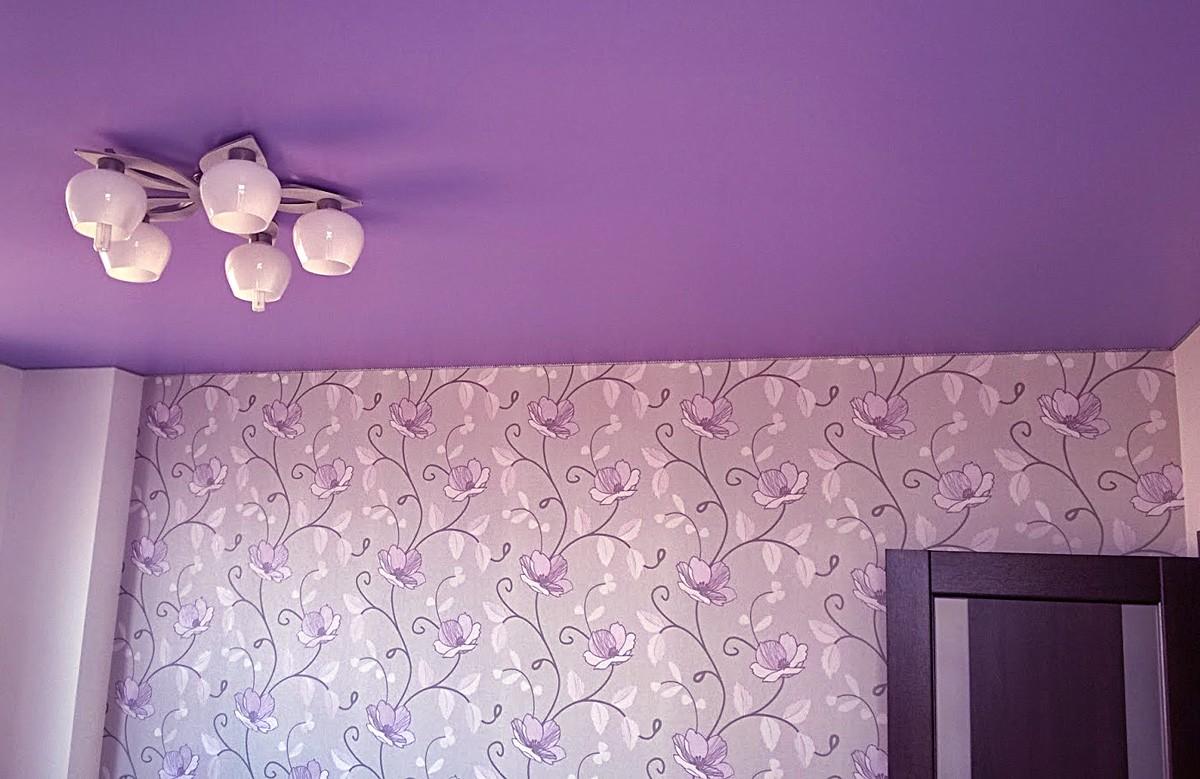 Фиолетовый матовый натяжной потолок с люстрой в комнате
