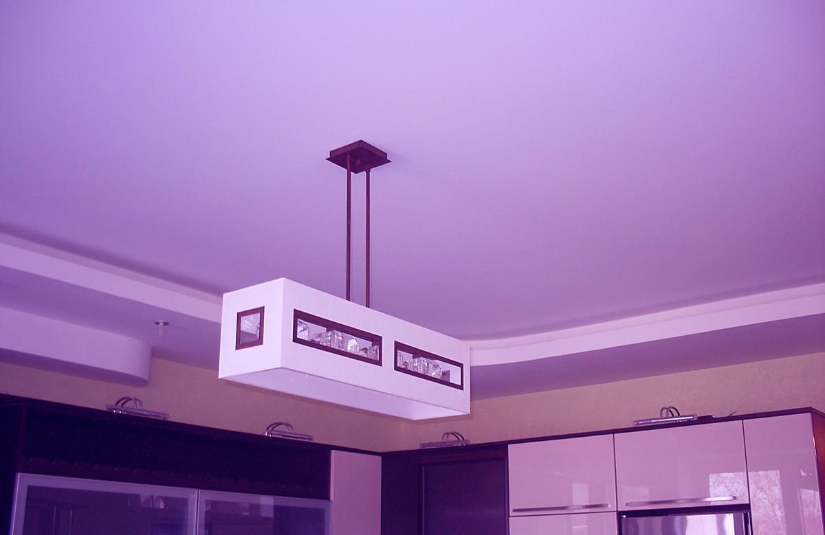 Сиреневый матовый натяжной потолок в кухне