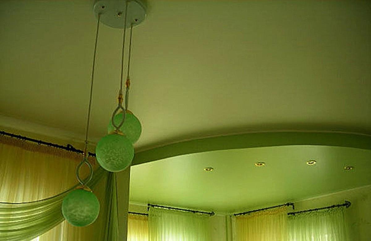 Салатово-белый матовый двухуровневый натяжной потолок