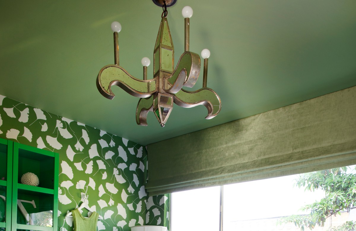 Зелёный матовый натяжной потолок с люстрой в кухне