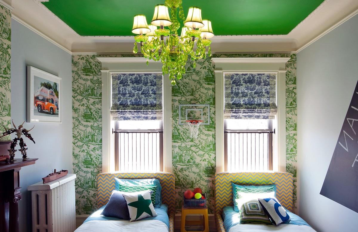 Зелёный матовый натяжной потолок в коробе из гипсокартона с люстрой в детской