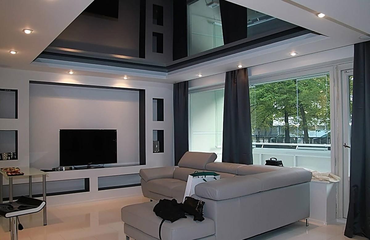 Чёрный глянцевый натяжной потолок в коробе из гипсокартона в гостиной