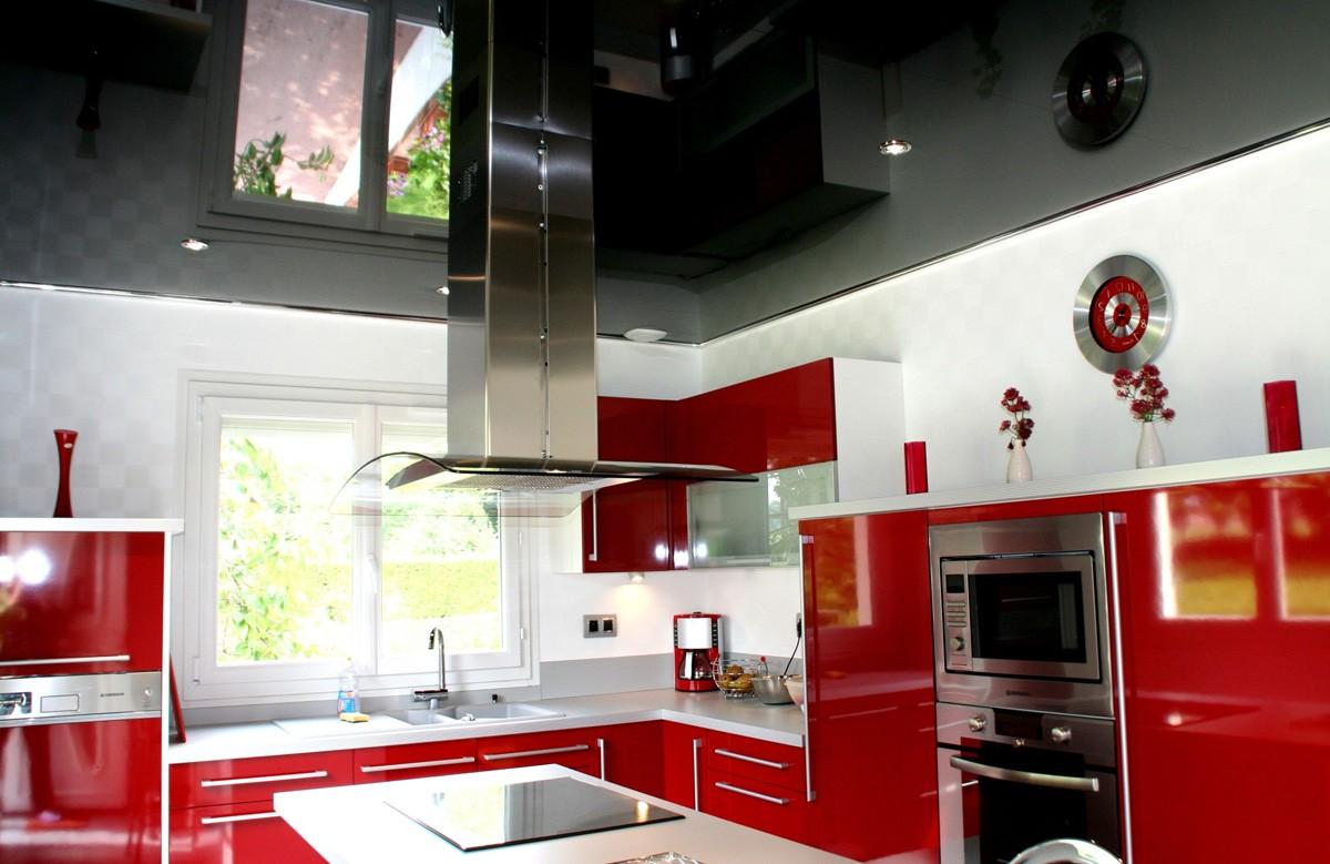 Чёрный глянцевый натяжной потолок в кухне