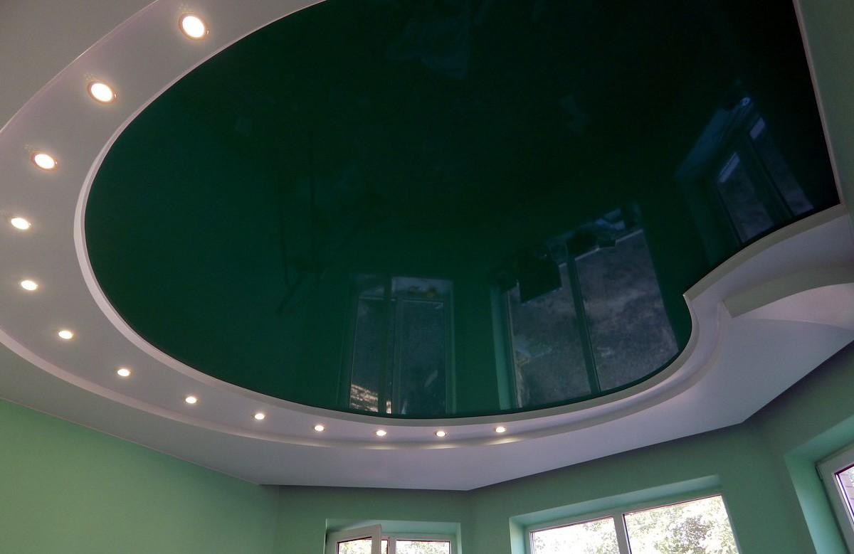 Зелёный глянцевый натяжной потолок в гипсокартонном коробе